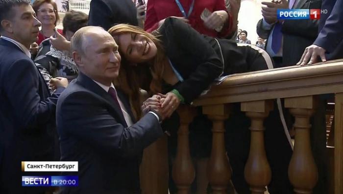 Девушки со всего мира пофотографировались с Путиным и поболтали о мире во всём мире