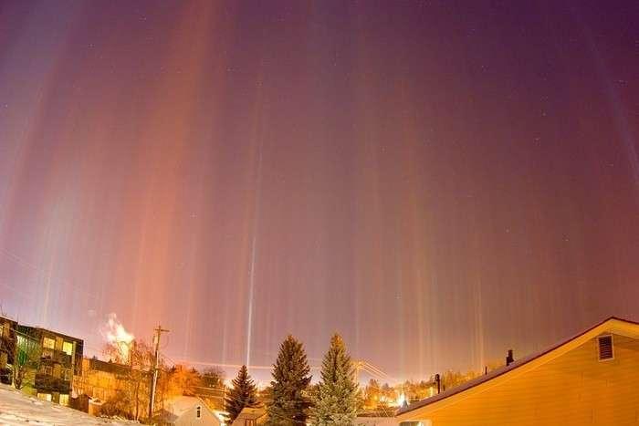 Столбы света над Москвой.