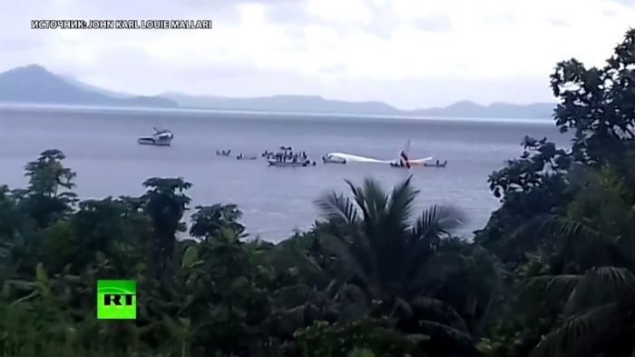 В Микронезии Боинг 737 не дотянул до берега и рухнул в воду