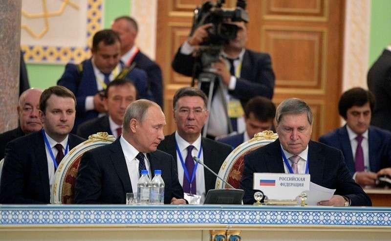 Спомощником Президента Юрием Ушаковым назаседании Совета глав государств СНГ врасширенном составе.