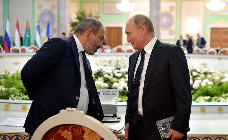 Поокончании заседания Совета глав государств СНГ Владимир Путин кратко побеседовал сПремьер-министром Армении Николом Пашиняном.