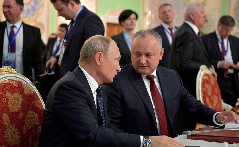 Поокончании заседания Совета глав государств СНГ Владимир Путин кратко побеседовал сПрезидентом Молдовы Игорем Додоном.