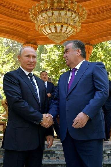 СПрезидентом Таджикистана Эмомали Рахмоном перед началом заседания Совета глав государств– участников Содружества Независимых Государств.