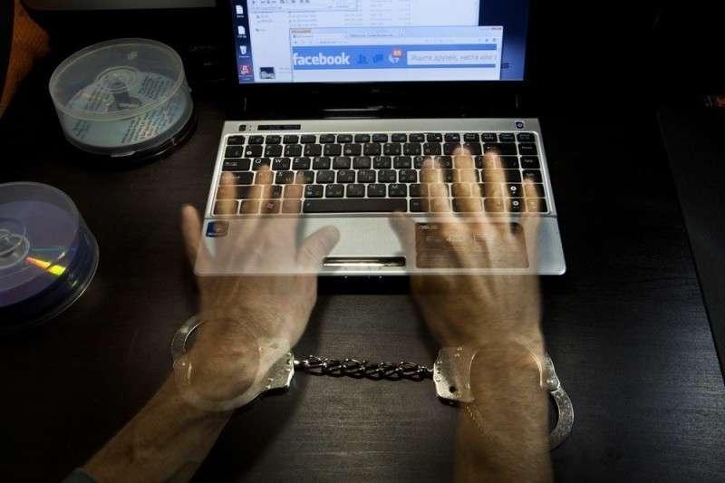 Чтобы надеть на блогера наручники, надо доказать, что у него был умысел разжигать вражду. Фото: Сергей Михеев