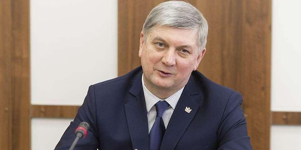 Губернатор Воронежской области Александр Гусев выплатил 23 оклада своему заму