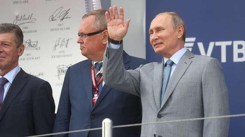 Владимир Владимир Путин посетил гонку чемпионата мира «Формула-1» в Сочи и наградил победителя и наградил победителя