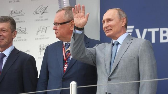 Владимир Путин посетил гонку чемпионата мира «Формула-1» в Сочи и наградил победителя