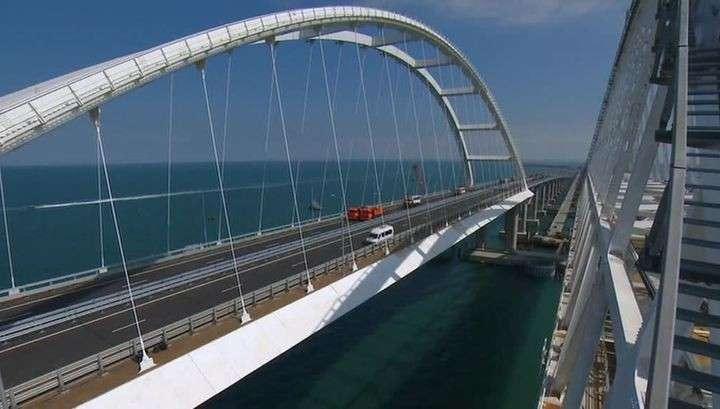 По Крымскому мосту массово поехали грузовые фуры