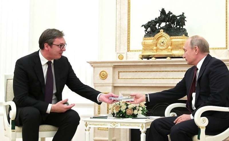 Президент Республики Сербия Александр Вучич подарил Владимиру Путину книгу «Моя прекрасная Сербия».