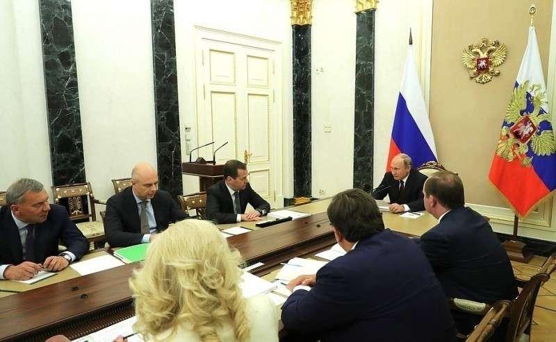 НаВладимир Путин на совещании с членами Правительства обсудил федеральный бюджет на 2019 годании счленами Правительства.