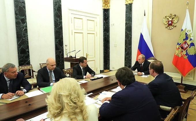 Владимир Путин на совещании с членами Правительства обсудил федеральный бюджет на 2019 год
