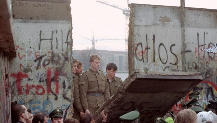 Восточные немцы тоскуют по советскому прошлому и берлинской стене