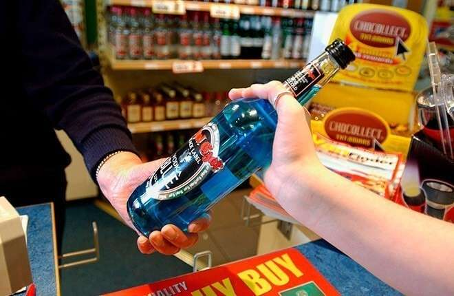 Зачем на автозаправках торговать алкогольным ядом?