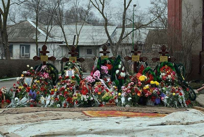 Новомучеников похоронили прямо в ограде храма Фото: Дмитрий СТЕШИН