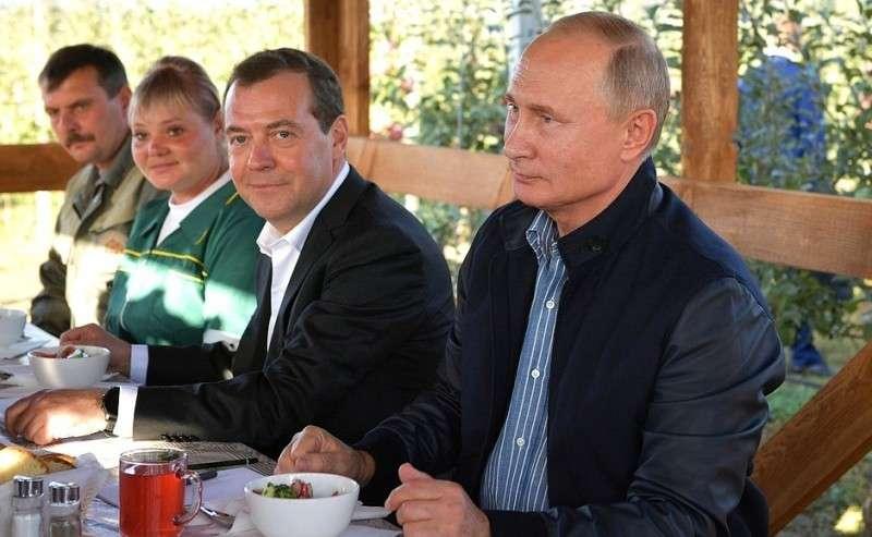 СПредседателем Правительства Дмитрием Медведевым навстрече сработниками сельскохозяйственного предприятия «Рассвет».