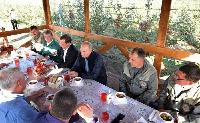 Владимир Путин и Дмитрий Медведев посетили сельскохозяйственное предприятие «Рассвет»