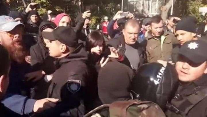 В центре Киева у здания МВД в прямом эфире