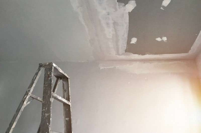 Застройщик сдал дом с дырами в крыше, картонными перегородками и бьющей током водой