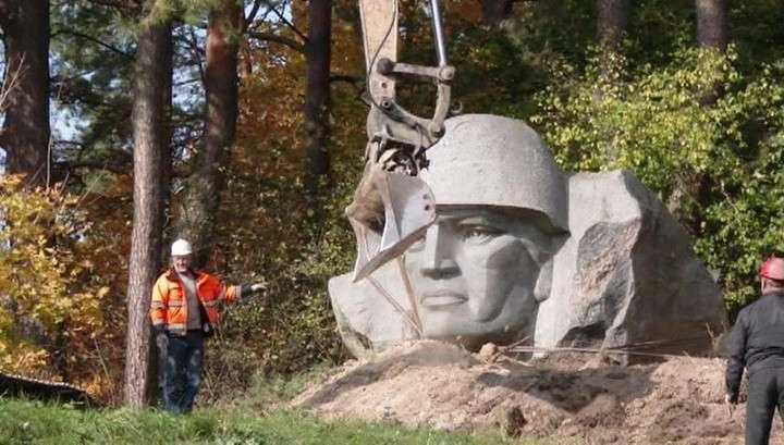 В Литве нацисты русофобы снесли памятник воинам-освободителям