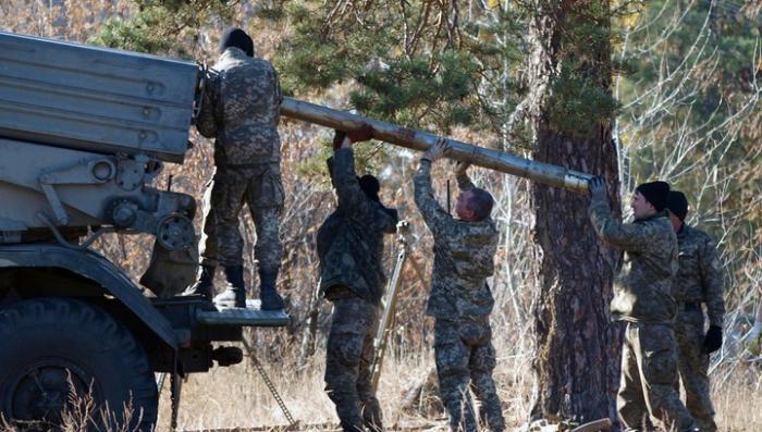 Украина стягивает в Донбасс тяжелое вооружение: РСЗО Ураган и тактические ракеты Точка-У