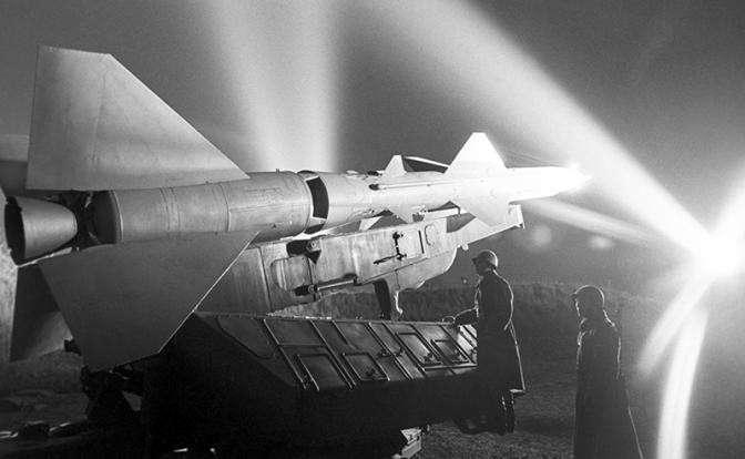 На фото: боевой расчет зенитно-ракетного комплекса С-75