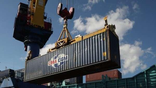 Погрузочно-разгрузочные работы в контейнерном терминале Калининградского морского торгового порта. Архивное фото