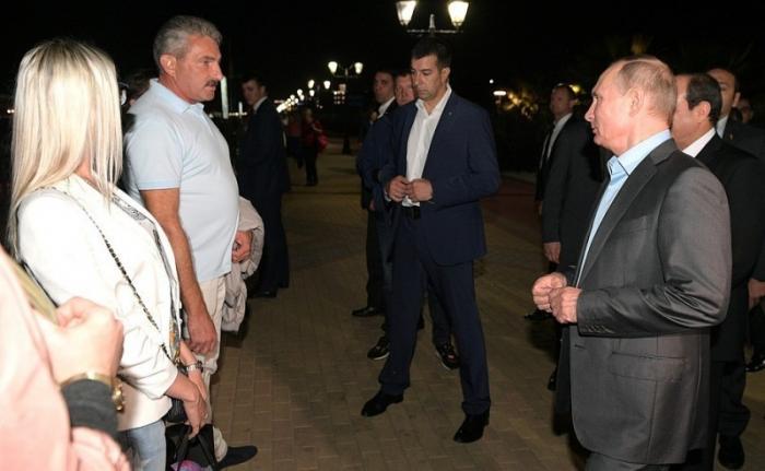 Владимир Путин и Абдельфаттах Сиси прошлись по набережной Сочи и пообщались с отдыхающими