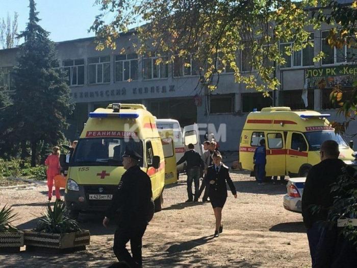 В Керчи кроме двух взрывов, по зданию ходили люди, которые добивали раненых