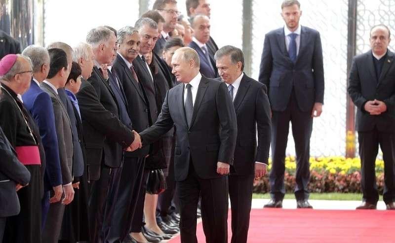 Церемония представления членов делегаций. СПрезидентом Узбекистана Шавкатом Мирзиёевым.