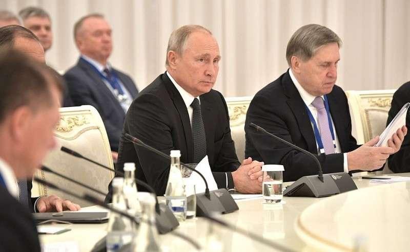 Спомощником Президента Юрием Ушаковым вовремя российско-узбекистанских переговоров врасширенном составе.