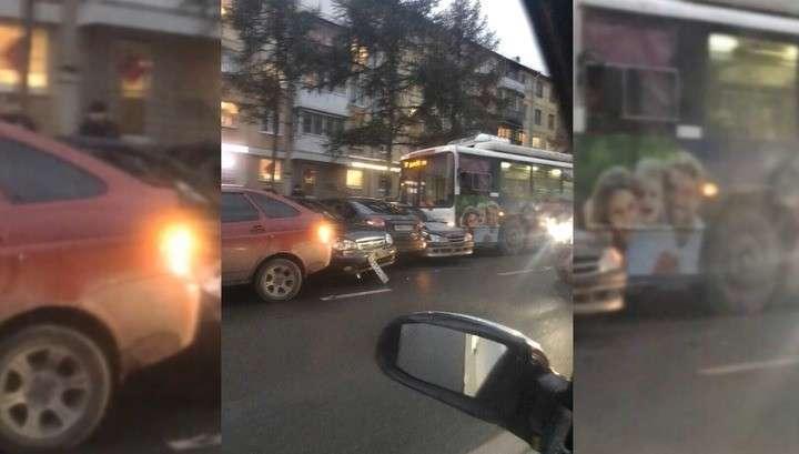 Кемерово. Троллейбус протаранил семь машин в Кемерове