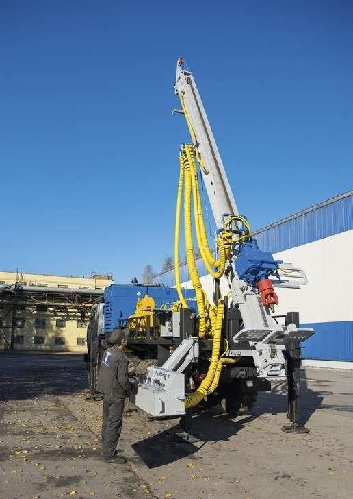 Установка «БУК», работающая с усилием подачи вверх до 10 тонн. Восьмиметровая мачта повышенной прочности позволяет работать с бурильными и обсадными трубами длиной 4,5 метра и использовать вращатели с крутящим моментом до 10 000 Н·м