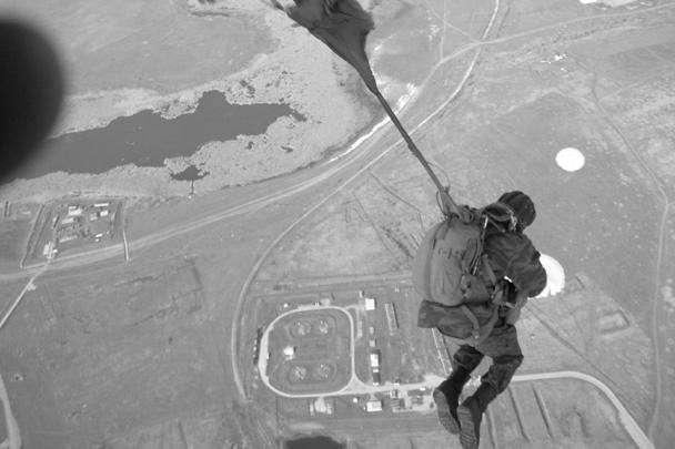 Прыжки с парашютом проводят бойцы 16-й обрСпН