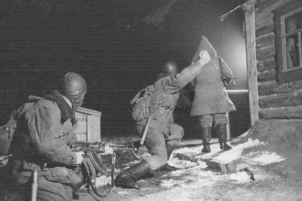 Бойцы спецназа отрабатывают снятие часового