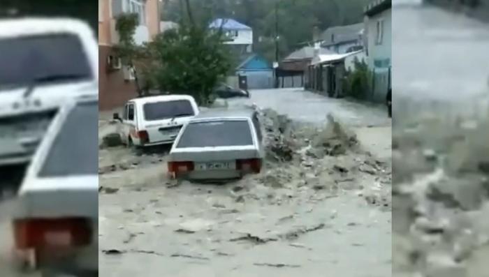 В Туапсе сильный ливень превратил улицы в реки