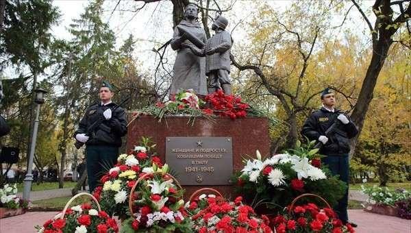 Памятник Женщине и подростку, ковавшим Победу..., открылся в Томске