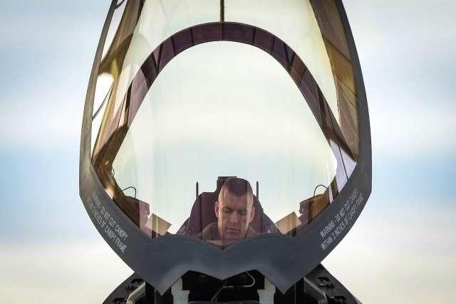 Пилот в кабине F-35A Lightning II