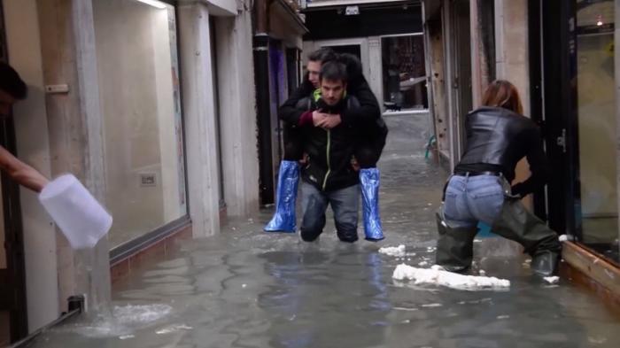 Исторический центр Венеции оказался под водой, в Италии объявлен «красный» уровень угрозы