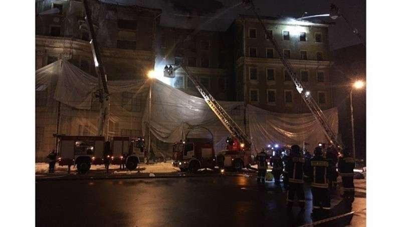 Крупный пожар в здании рядом со Счетной палатой ликвидирован