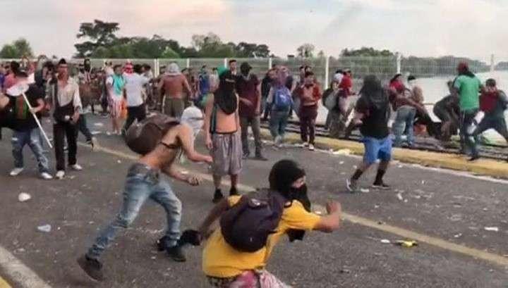 Трамп пригрозил мигрантам приравнять камни к огнестрельному оружию
