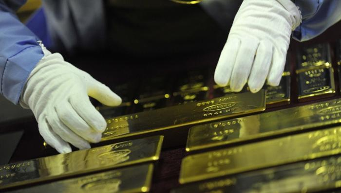 Мировые центробанки лихорадочно меняют доллары на золото
