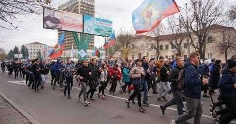В ЛНР молодёжь вышла натрадиционную «Русскую пробежку» вДень народного единства