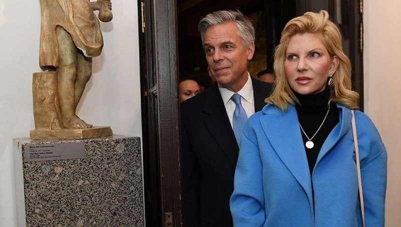 Американского посла в Москве принуждают уединяться с женой