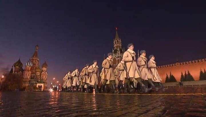 В Москве реконструировали парад 77-летней давности: с Красной площади на фронт