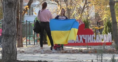Видеоблогер Алёна Бардовская прошлась с украинским флагом по Крыму и прозрела