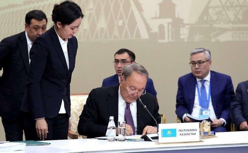 Поитогам саммита главы делегаций государств– членов ОДКБ подписали Декларацию Совета коллективной безопасности Организации Договора околлективной безопасности. Президент Казахстана Нурсултан Назарбаев.
