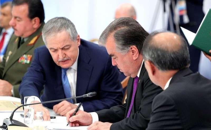 Поитогам саммита главы делегаций государств– членов ОДКБ подписали Декларацию Совета коллективной безопасности Организации Договора околлективной безопасности. Президент Таджикистана Эмомали Рахмон (вцентре).