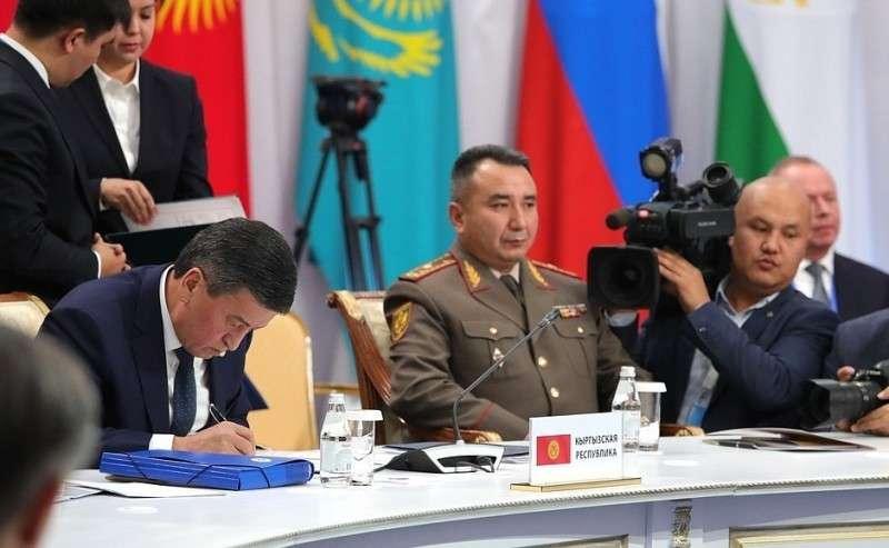 Поитогам саммита главы делегаций государств– членов ОДКБ подписали Декларацию Совета коллективной безопасности Организации Договора околлективной безопасности. Президент Киргизии Сооронбай Жээнбеков (слева).