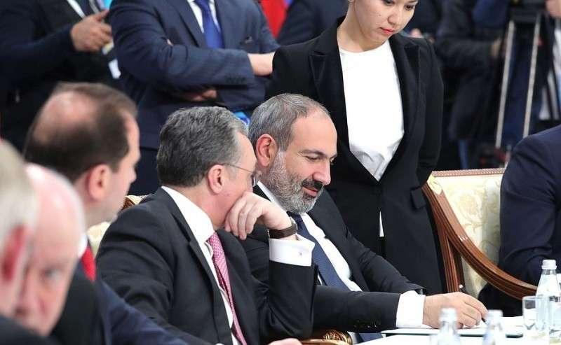 Поитогам саммита главы делегаций государств– членов ОДКБ подписали Декларацию Совета коллективной безопасности Организации Договора околлективной безопасности. Исполняющий обязанности Премьер-министра Армении Никол Пашинян (справа).