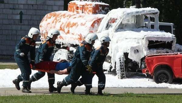 Демонстрационные учения сотрудников МЧС. Архивное фото